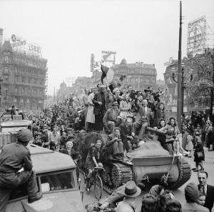 Scenes_of_jubilation_as_British_troops_liberate_Brussels,_4_September_1944._BU508