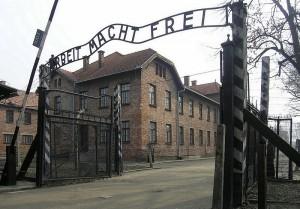Eingangstor_des_KZ_Auschwitz,_Arbeit_macht_frei_(2007)